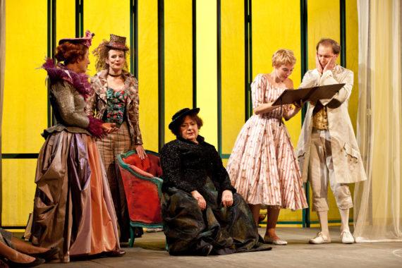 cinq acteurs travaillant sur une scène de théâtre