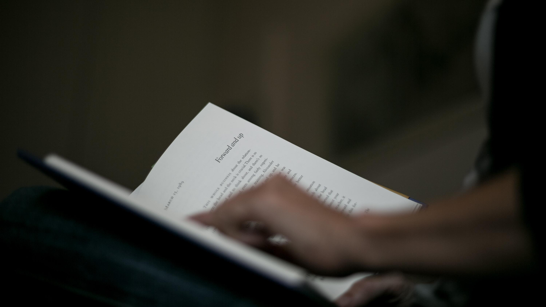 Une femme lisant un livre sur la Technique Alexander ouvertt dans ses mains
