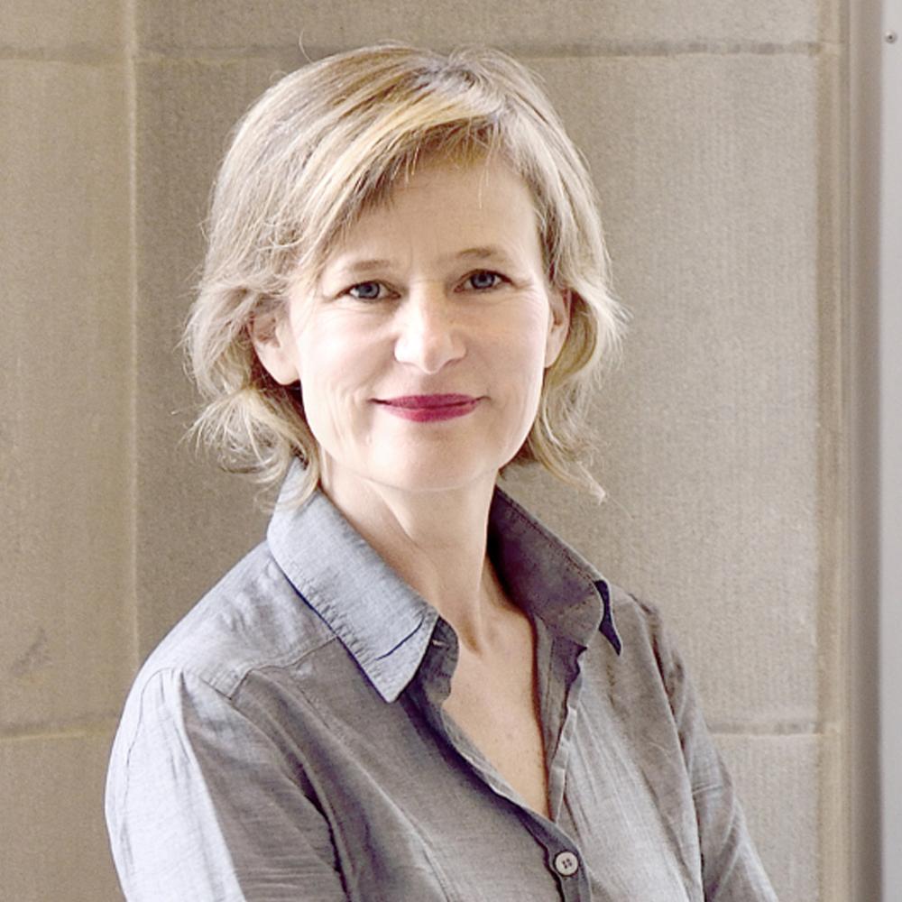une femme blonde souriante découvrant les avantages de la technique d'Alexander