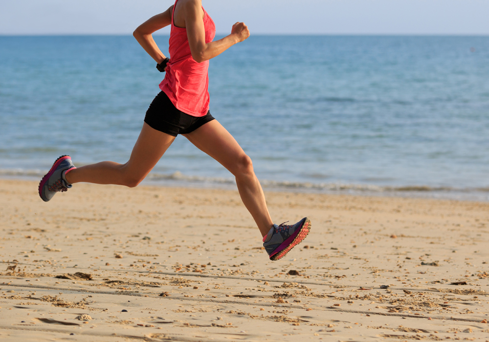 jeune femme de fitness exercice matinal course à pied à la plage avec la posture technique alexander