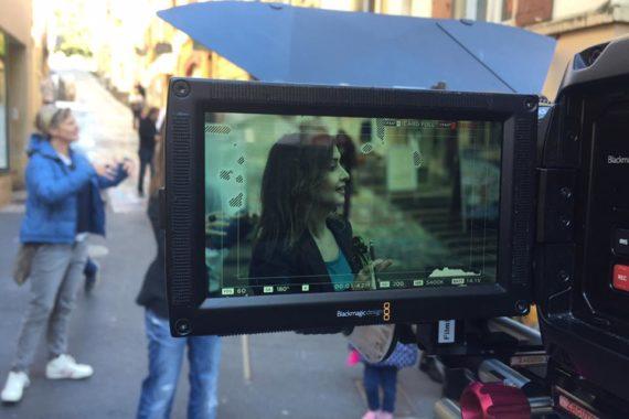 une belle femme à l'écran d'une caméra vidéo